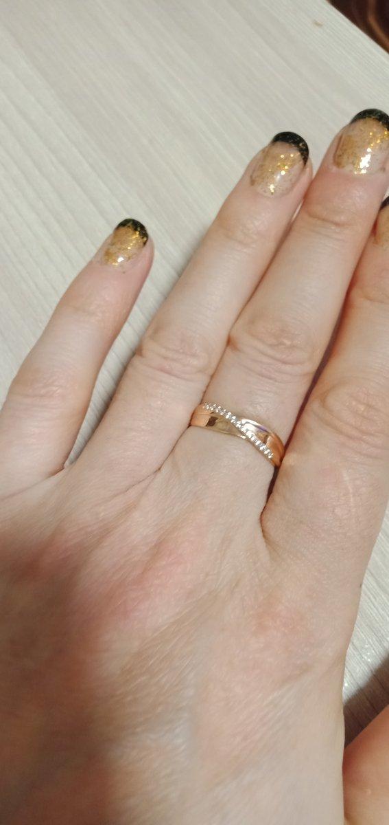 Кольцоочень красиво смотрится на пальце. обалденный дизайн. не мешает.