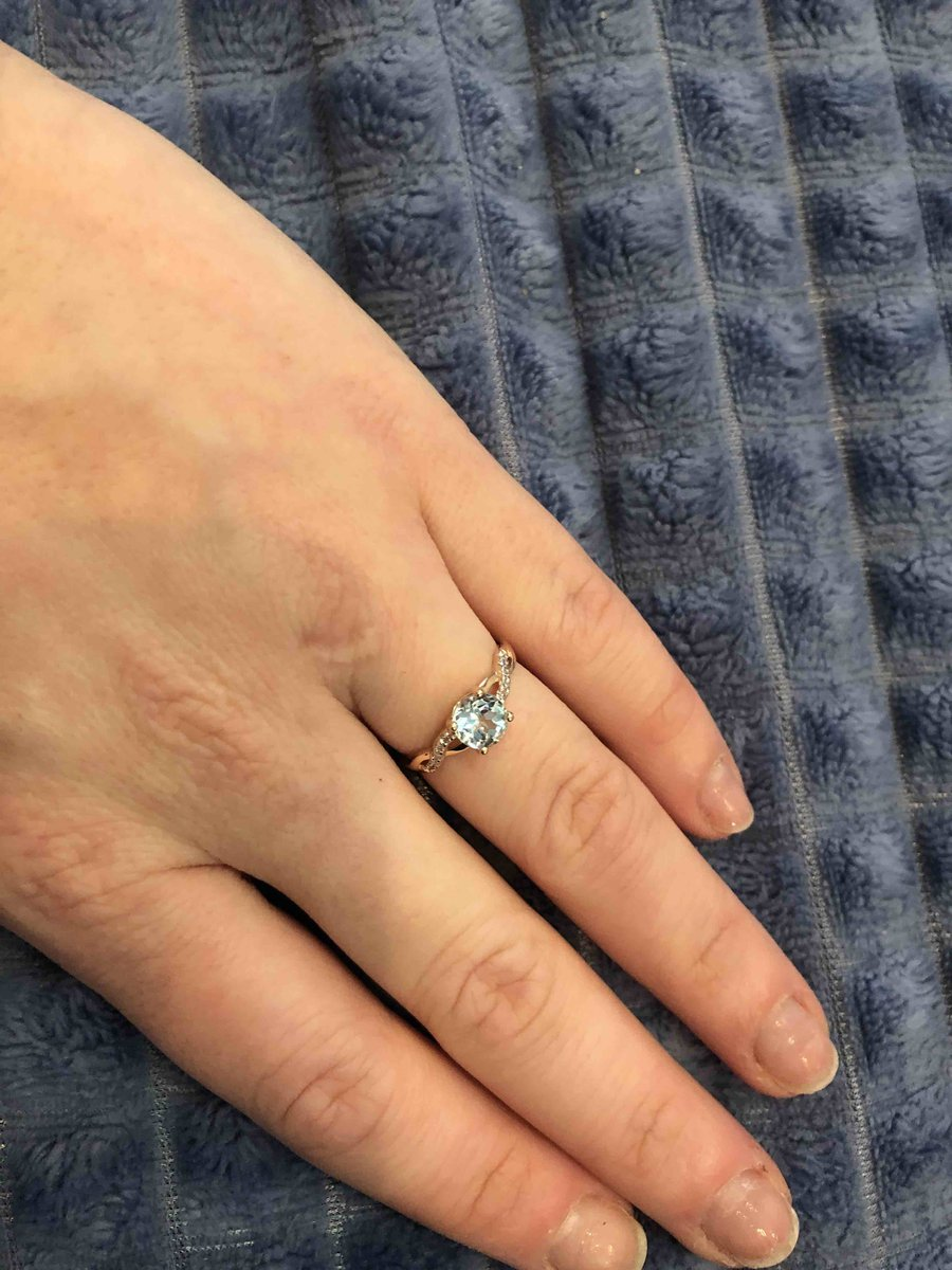 Отличное кольцо, хорошо блестят камни