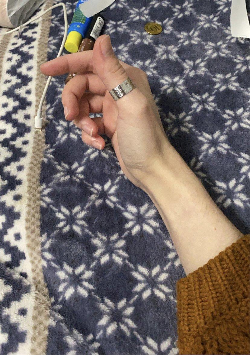 Неплохое кольцо, хорошо держится на пальце 👌🏻🐉🌿