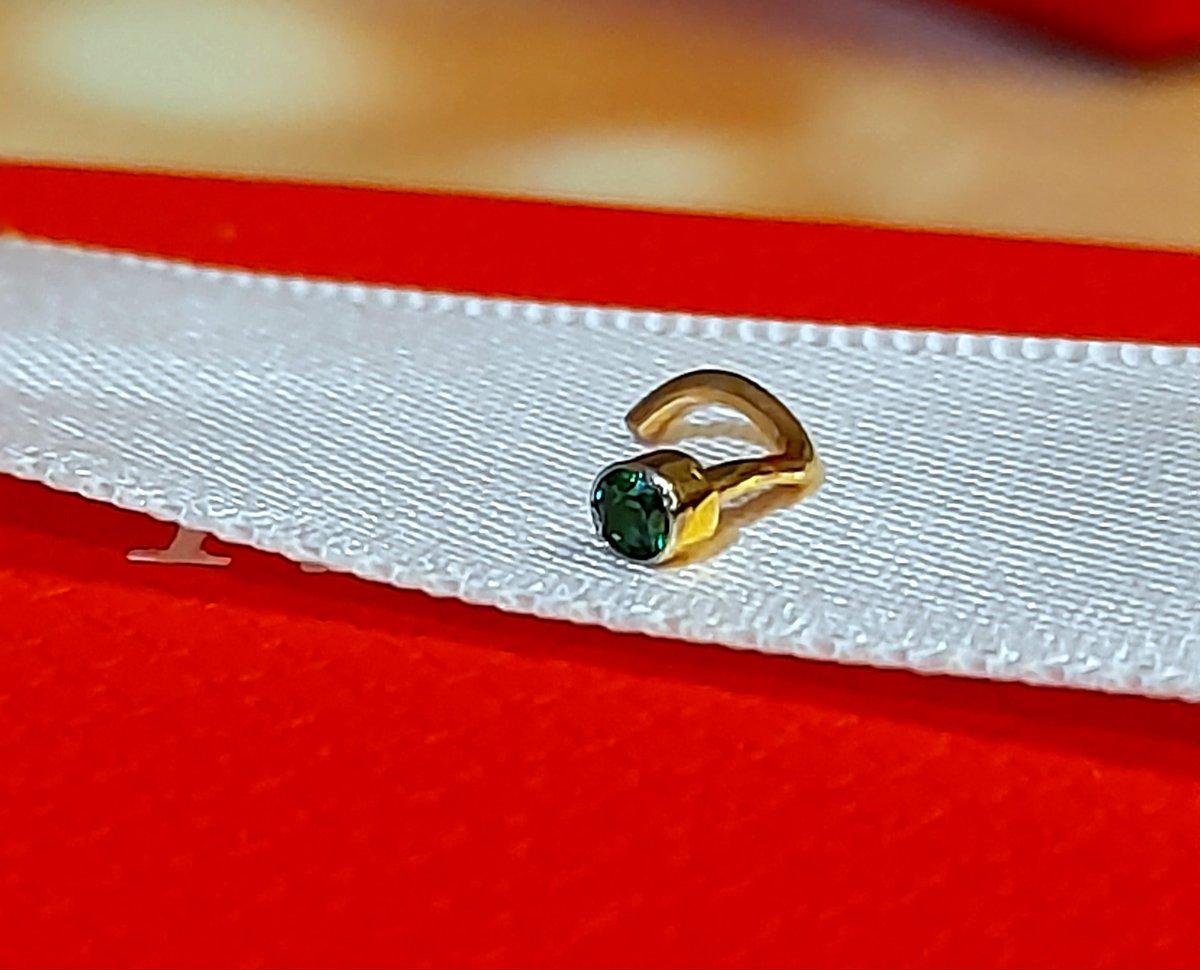 Пирсинг золотой с зелёным фианитом