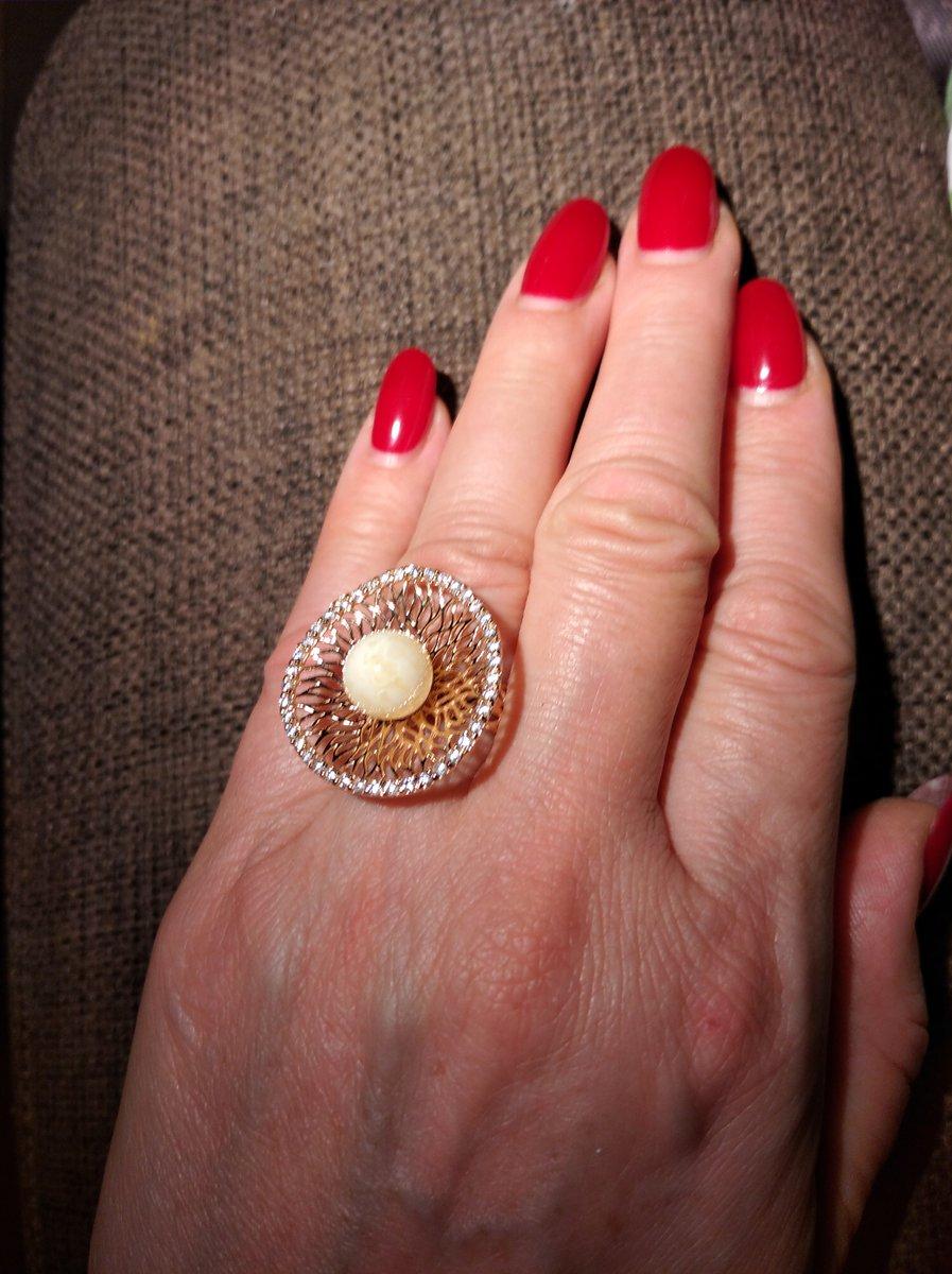 Кольцо с янтарем, нежная паутинка из серебра, обрамленная фианитами.