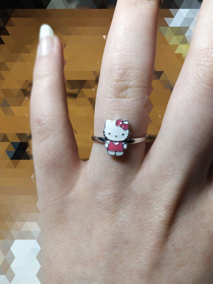 Нравиться кольцо ,дочка рада .