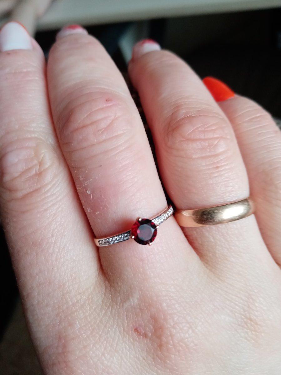 Золотое кольцо с гранатом.