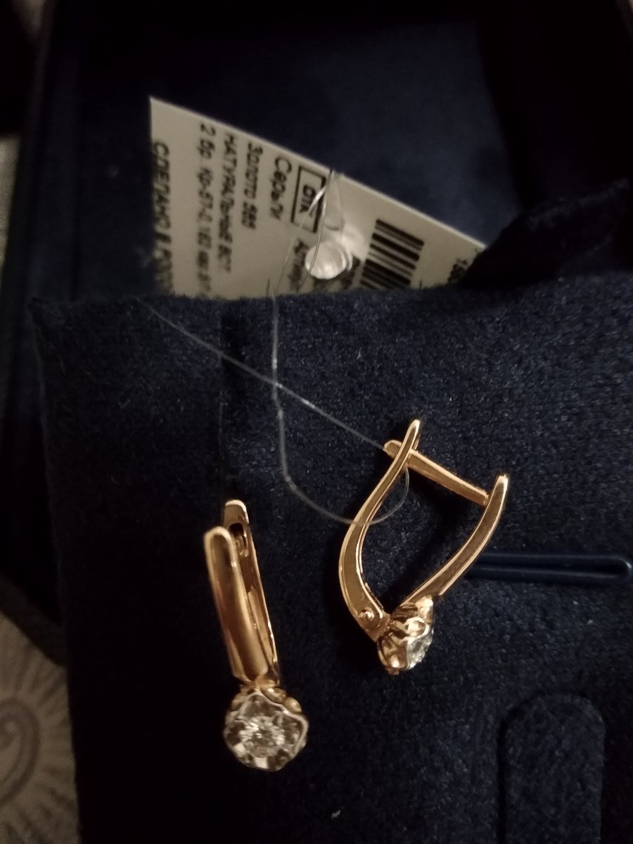 Золотые серьги с двумя бриллиантами.