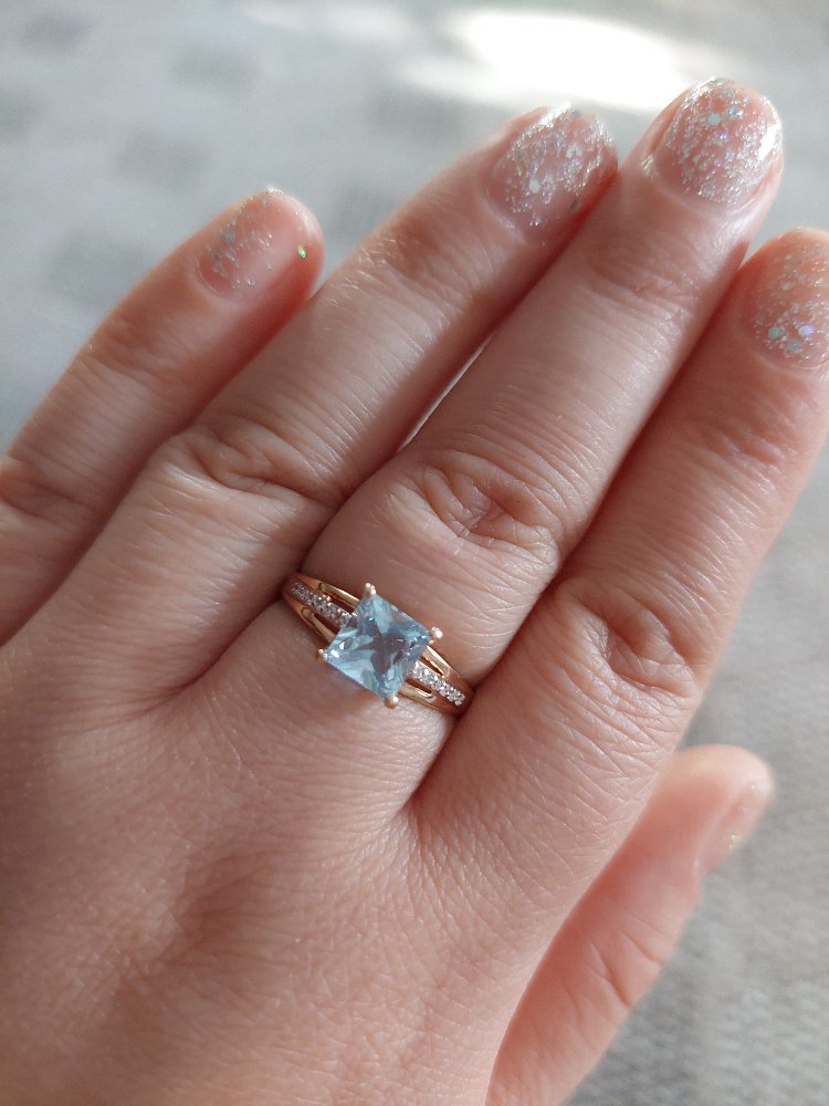 Золотое кольцо с топазом, бриллиантами.