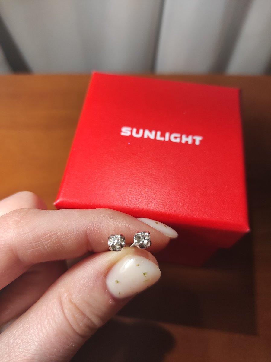 Серьги из белого золота с бриллиантами.