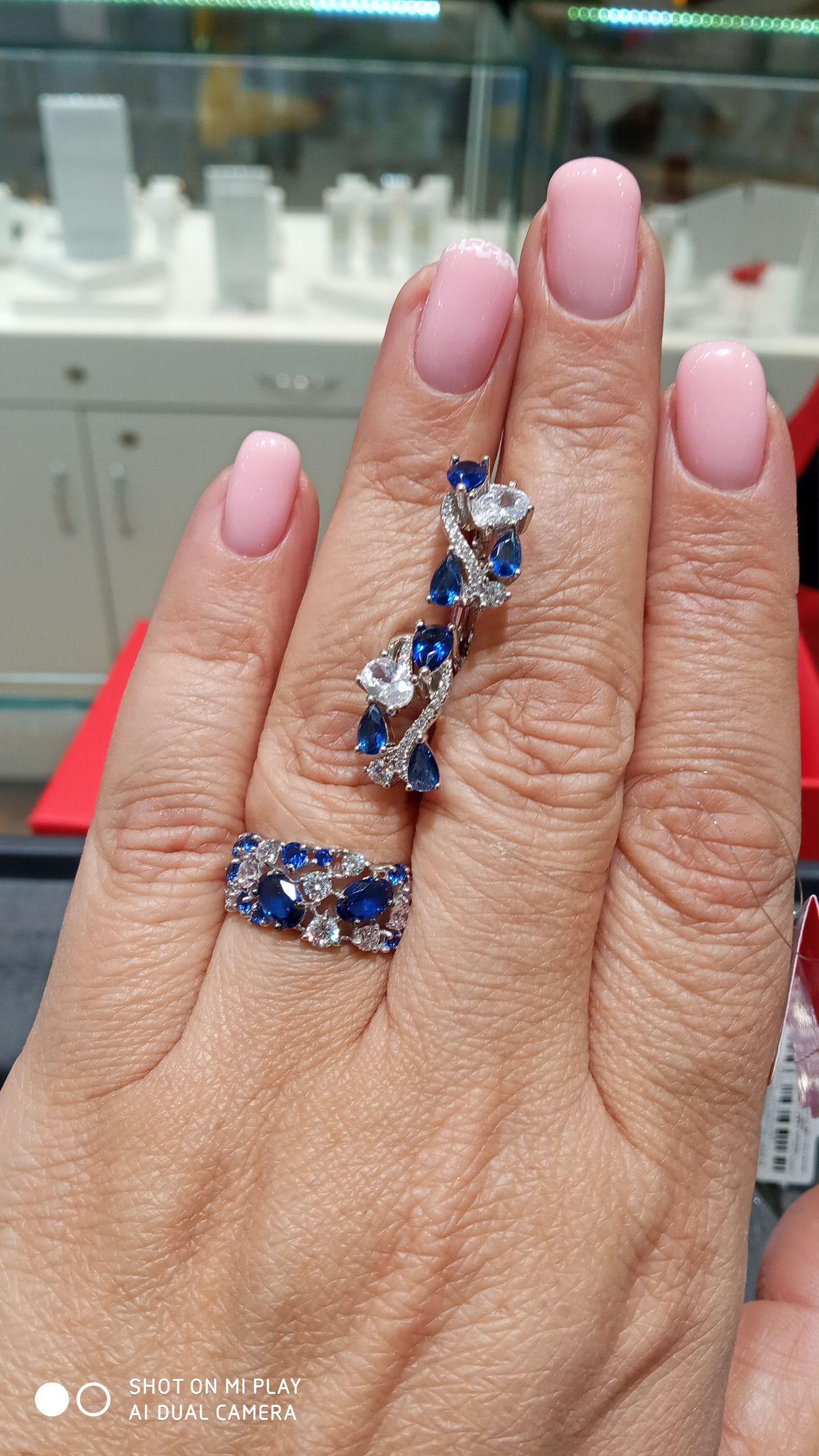Утонченное колечко с  королевским синим и белыми фианитами.
