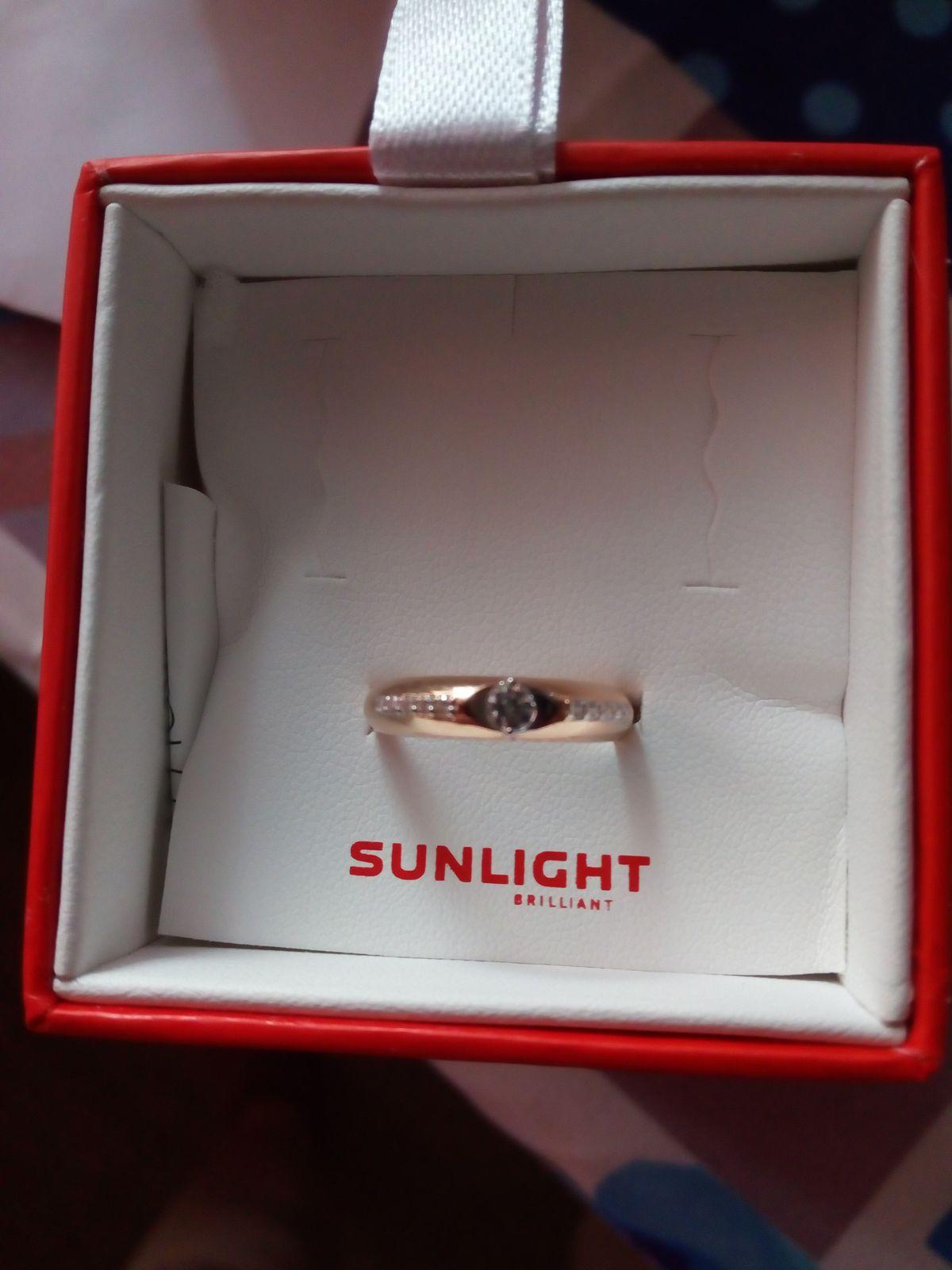 Очень красивое кольцо,фианиты сверкают как бриллианты.