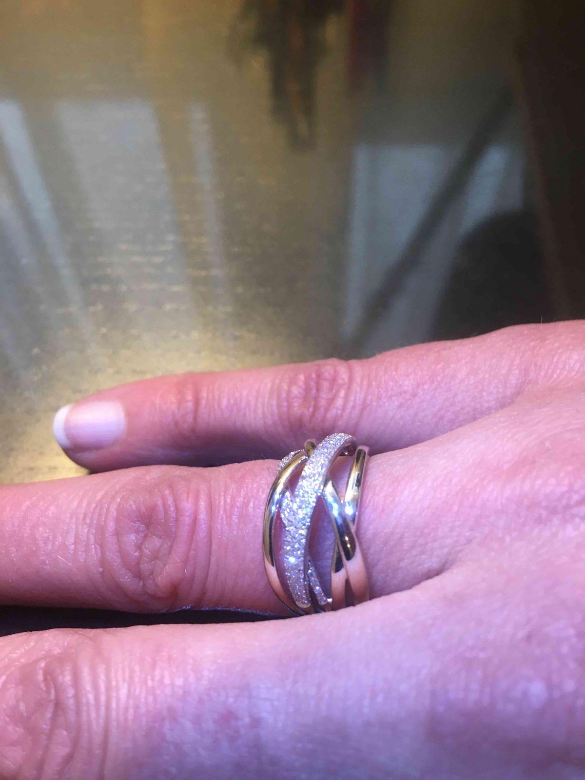Кольцо белого металла с камнями