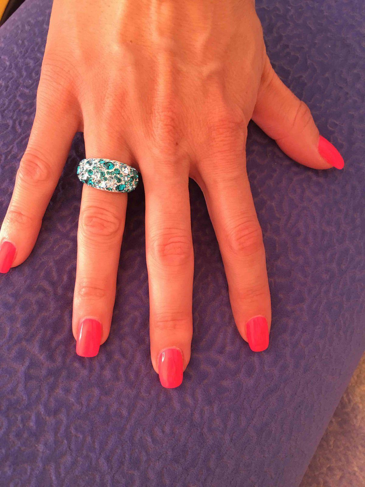 Кольцо серебряное, украшенное голубыми фианитами разного размера.