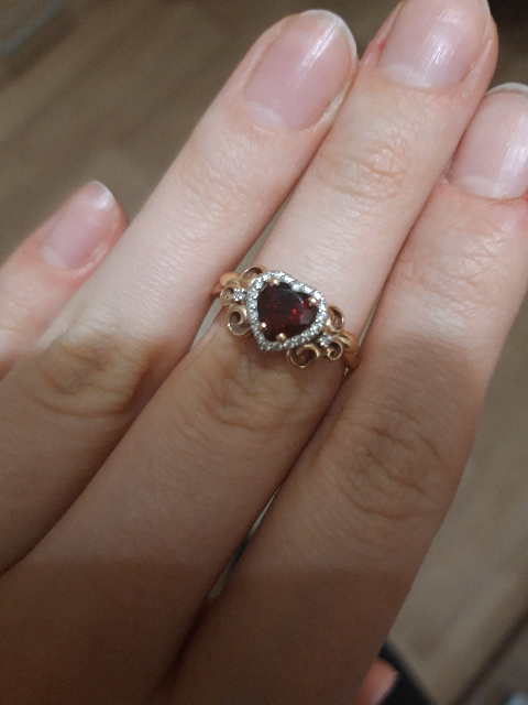 Золотое кольцо с серцдем из граната.