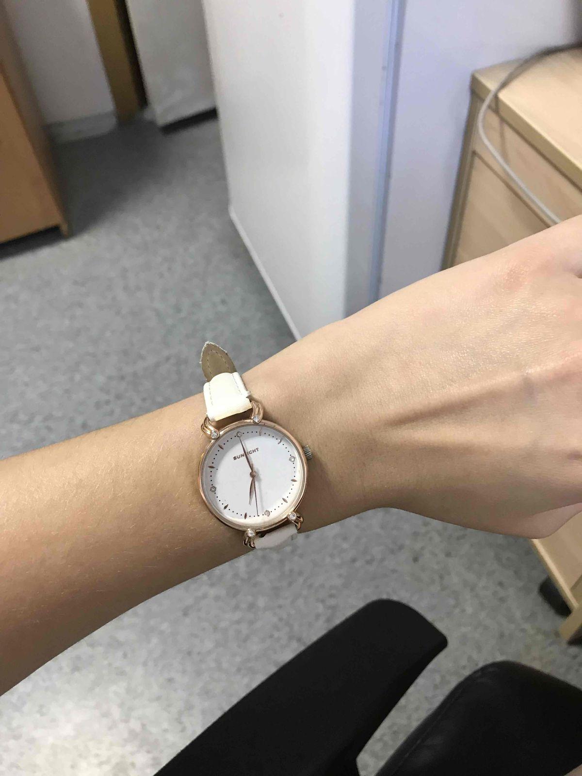 Часы с кожаным белым ремешком