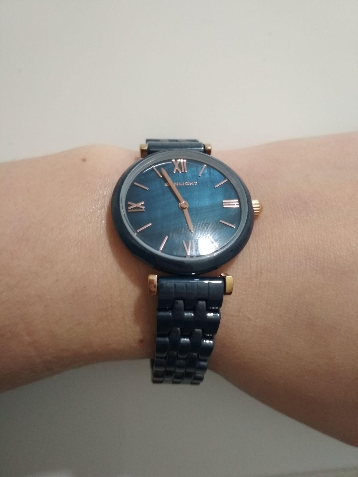 Красивые часы необычного цвета.