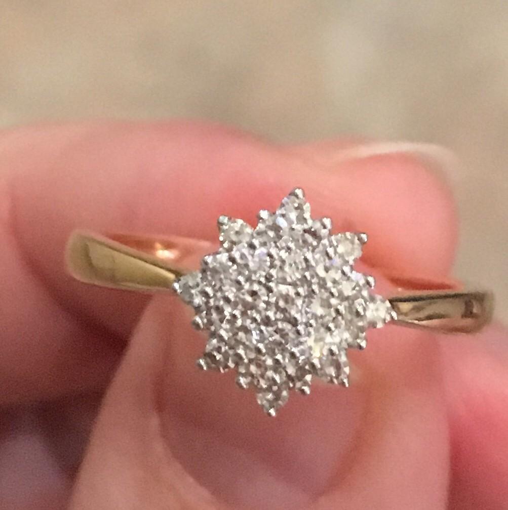 Красивое кольцо с бриллиантами.