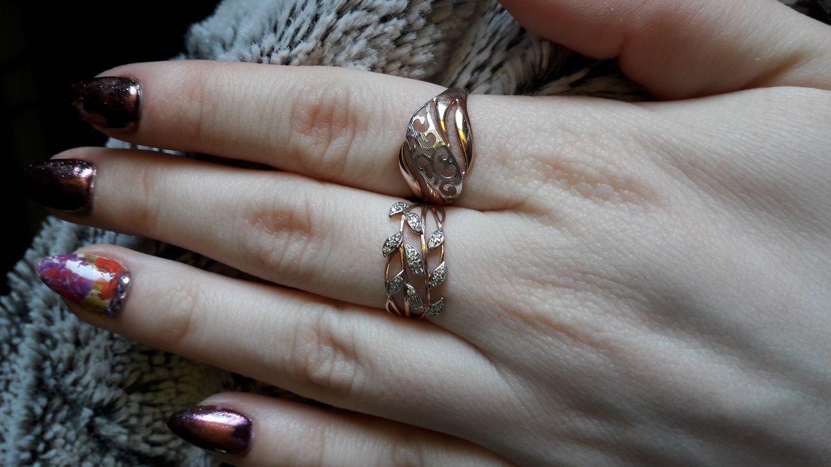 Кольцо со вставкой из белого золота с вензелями.