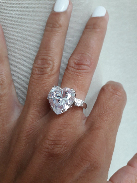 Очаровательное кольцо,которое подойдет и юной девушке и женщине средних лет