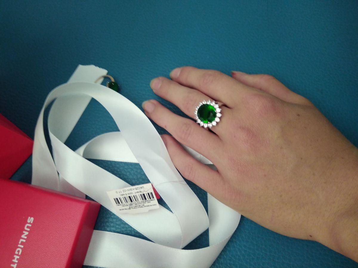 Кольцо с фианитом и изумрудом