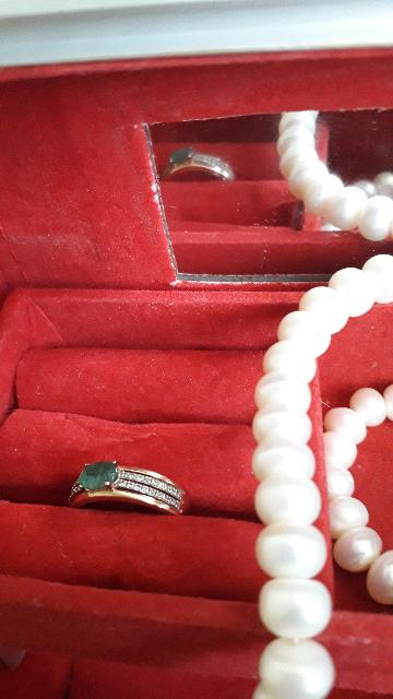 Очень привлекательное кольцо, благодаря полупрозрачному изумруду