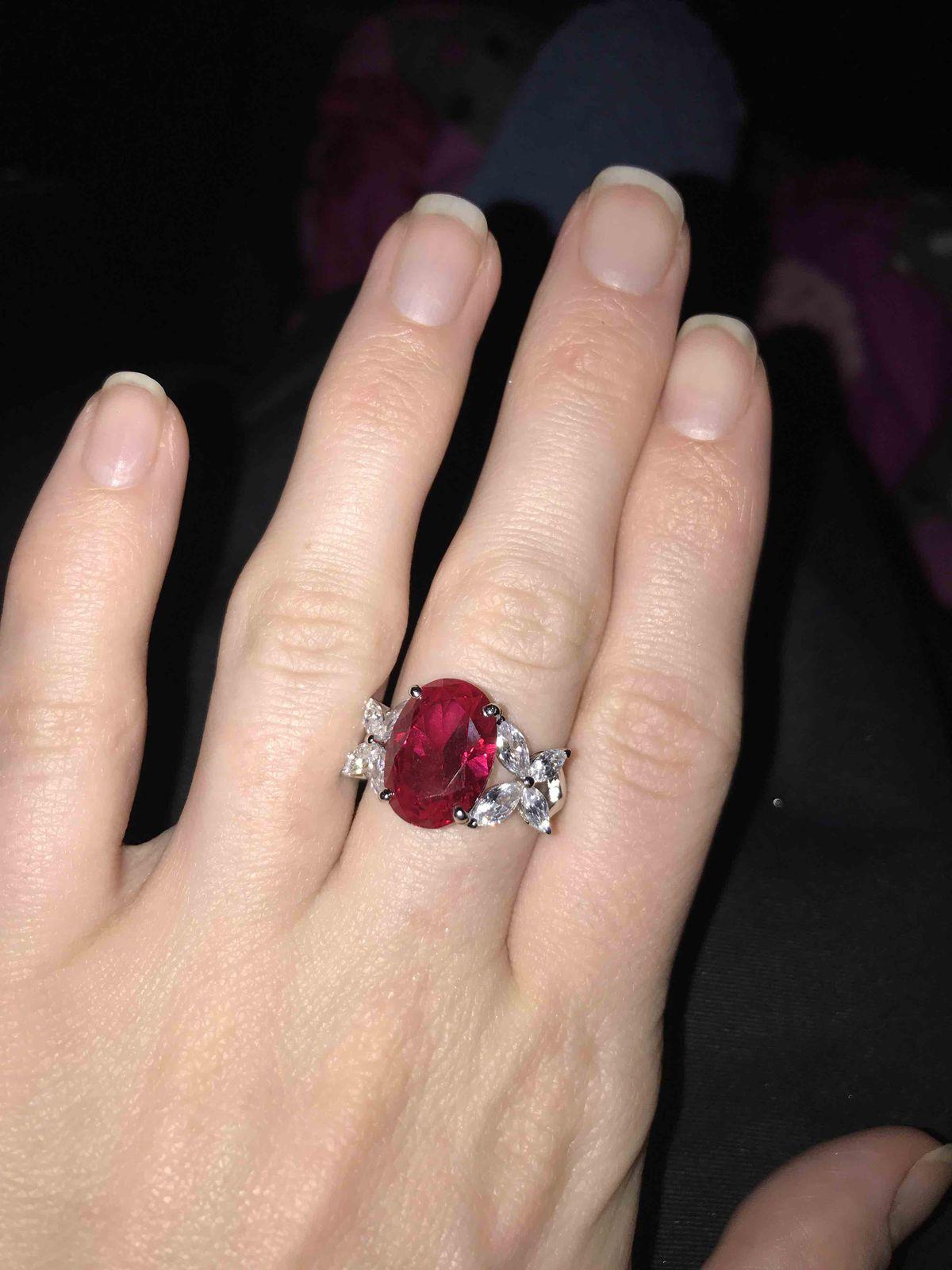 Кольцо с синтетическим рубином.