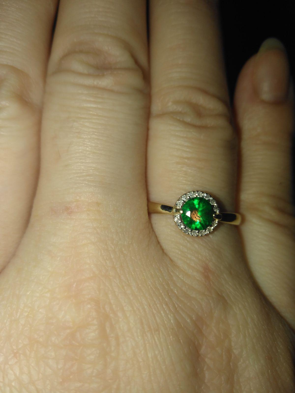 Очень красивое кольцо с изумрудом и бриллиантиками))