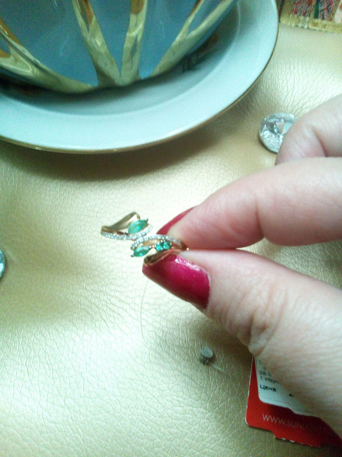 Очень красивое кольцо, высокая посадка, красивый дизайн, смотрится богато!