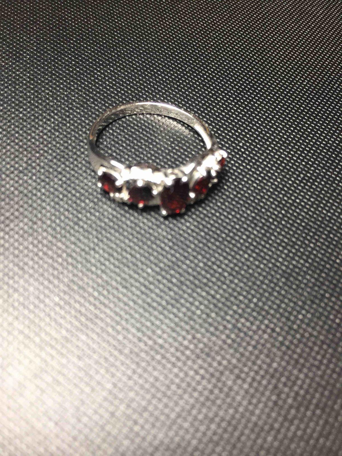 Серебряное кольцо с фианитом и гранатом