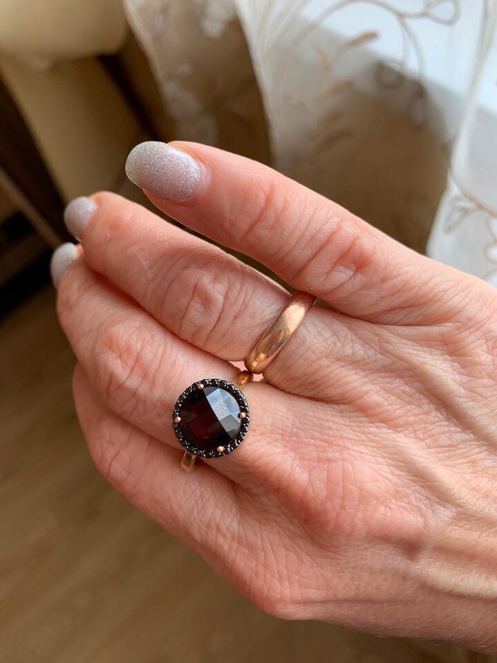 Кольцо с камнем гранат.