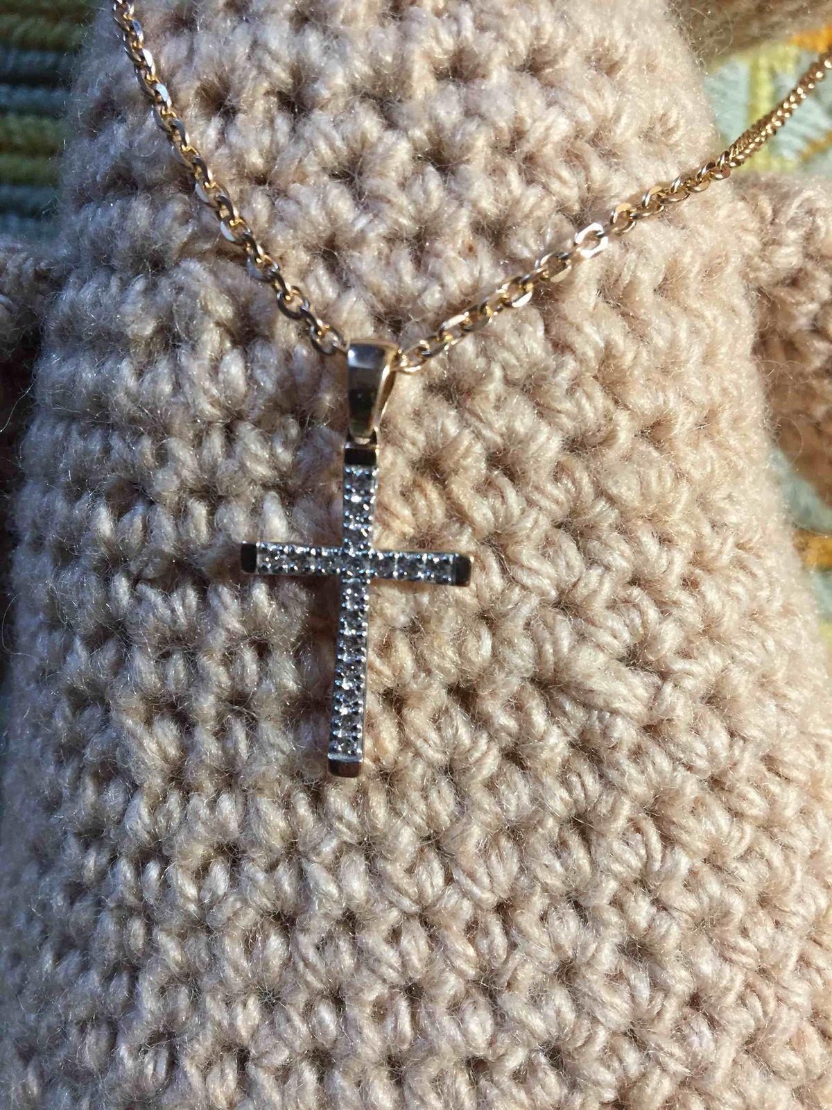 Подвеску,золотой крестик с фианитами ,купила в подарок на Новый год.