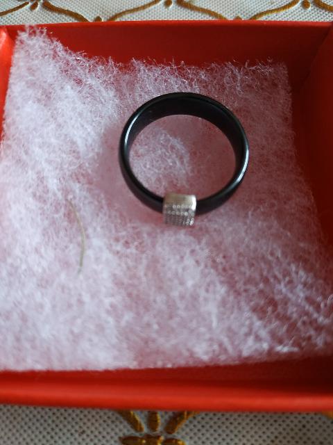 Изящное кольцо из керамики.