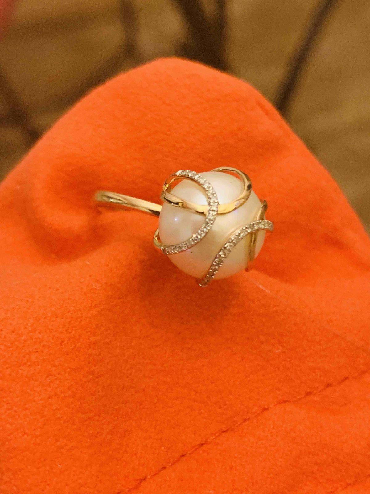 Кольцо с крупной жемчужиной.