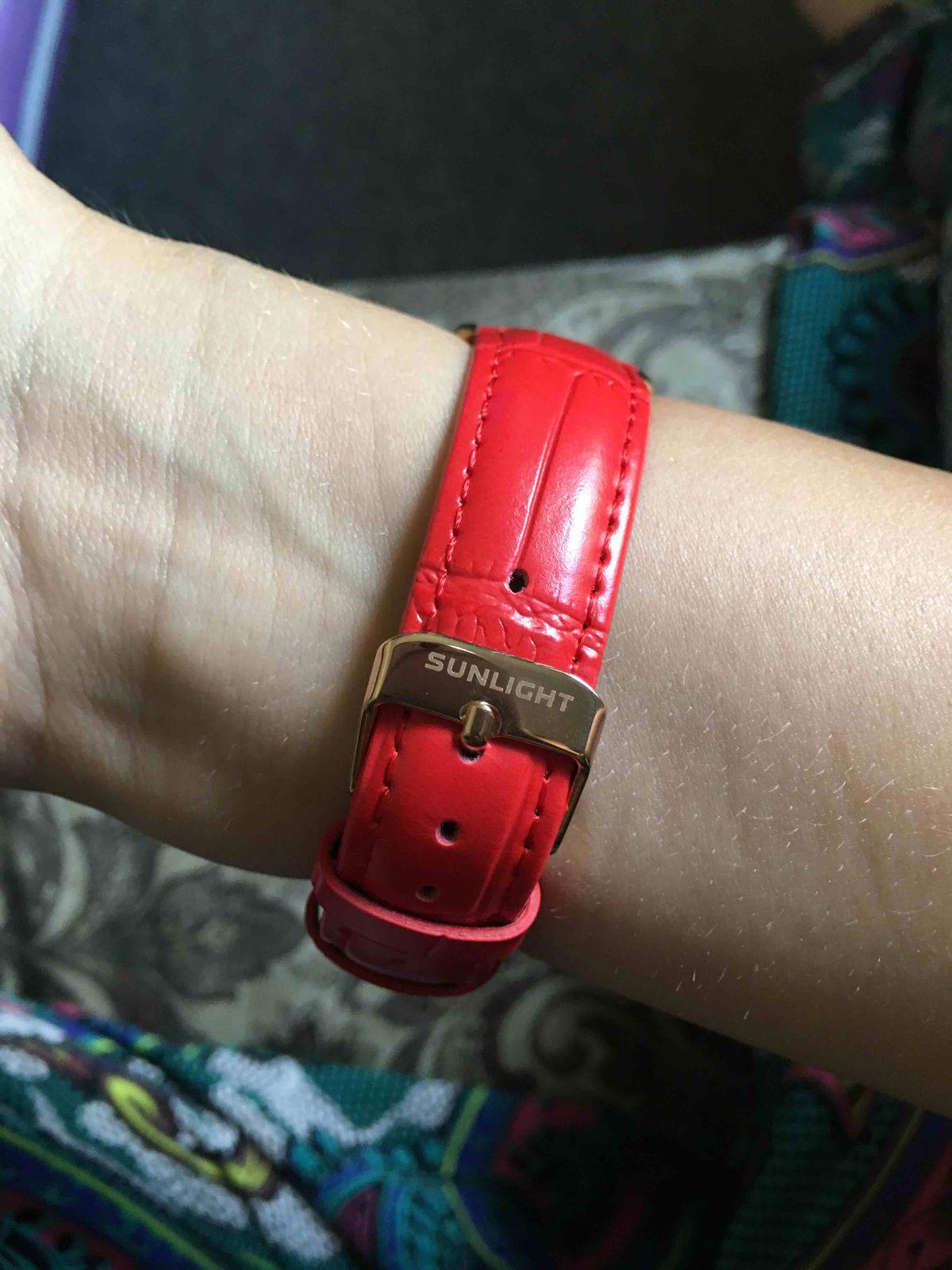 Часы на красном кожаном ремне