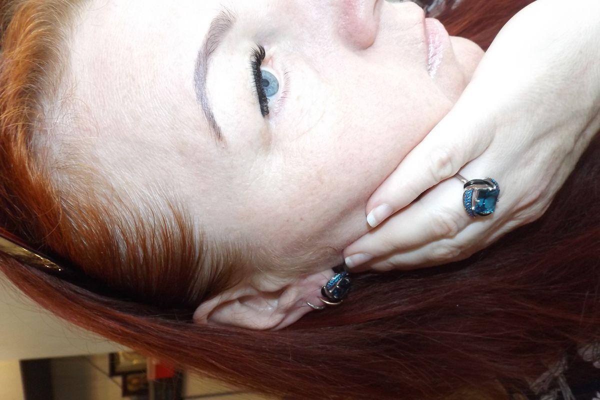 Голубые глаза да чёрные реснички