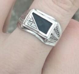 Серебряное кольцо с ониксом и фионитами.