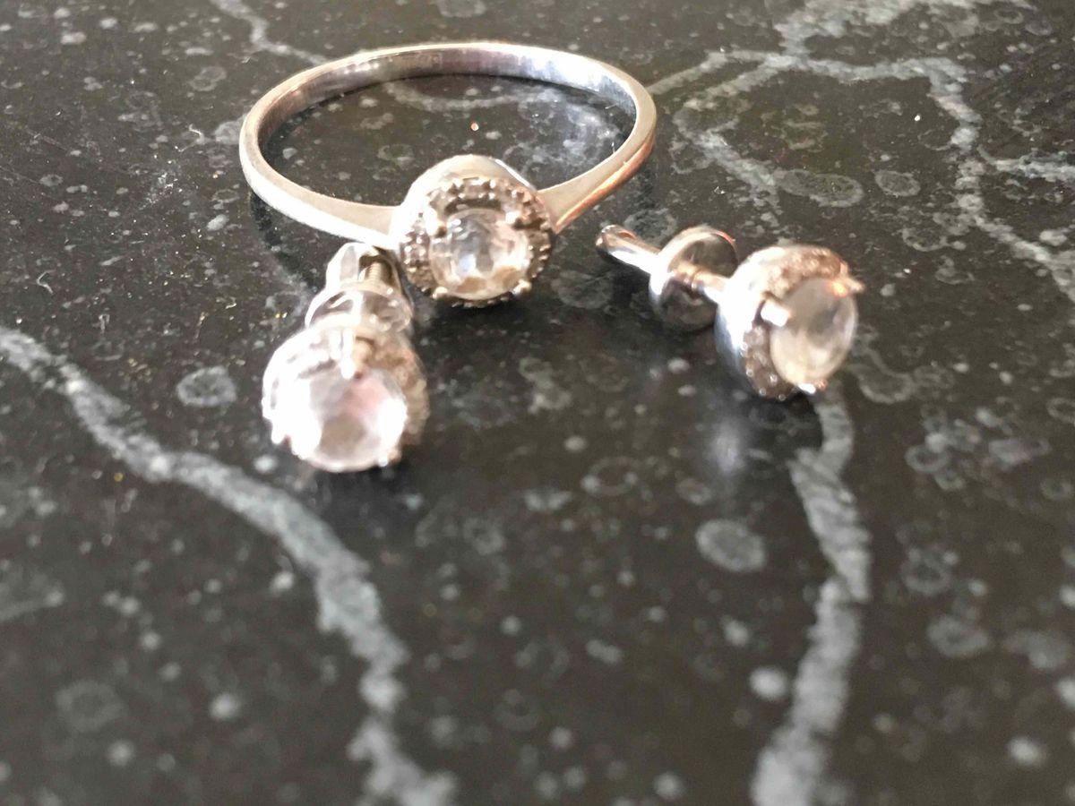 Очень стильные сережки с топазами и бриллиантами.