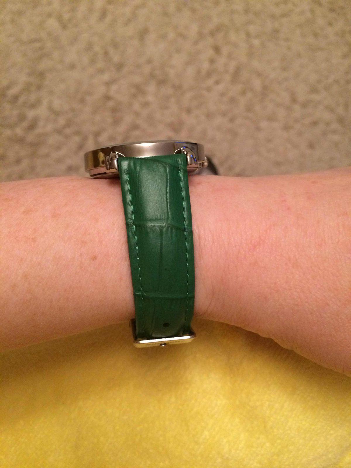 Часики с зеленым ремешком