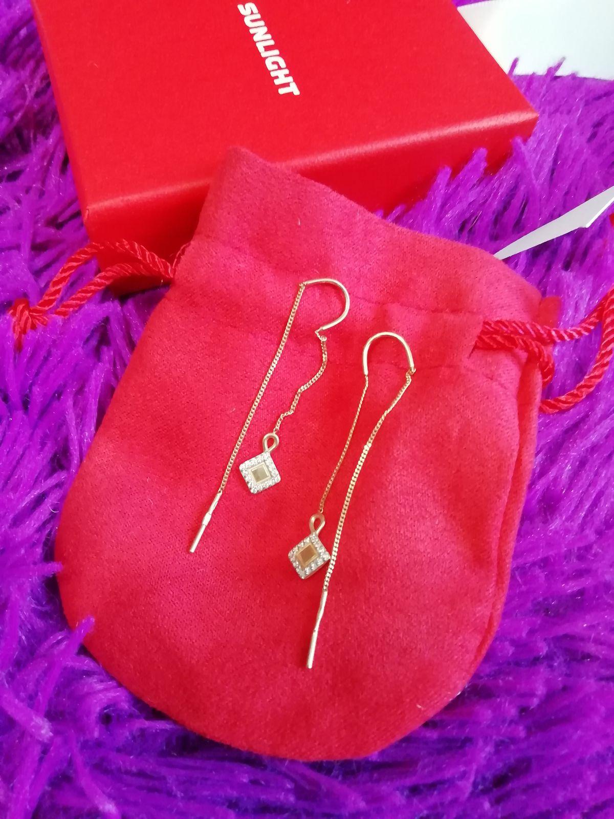Золотые серьги-протяжки с фианитами и подвеской ромбиками