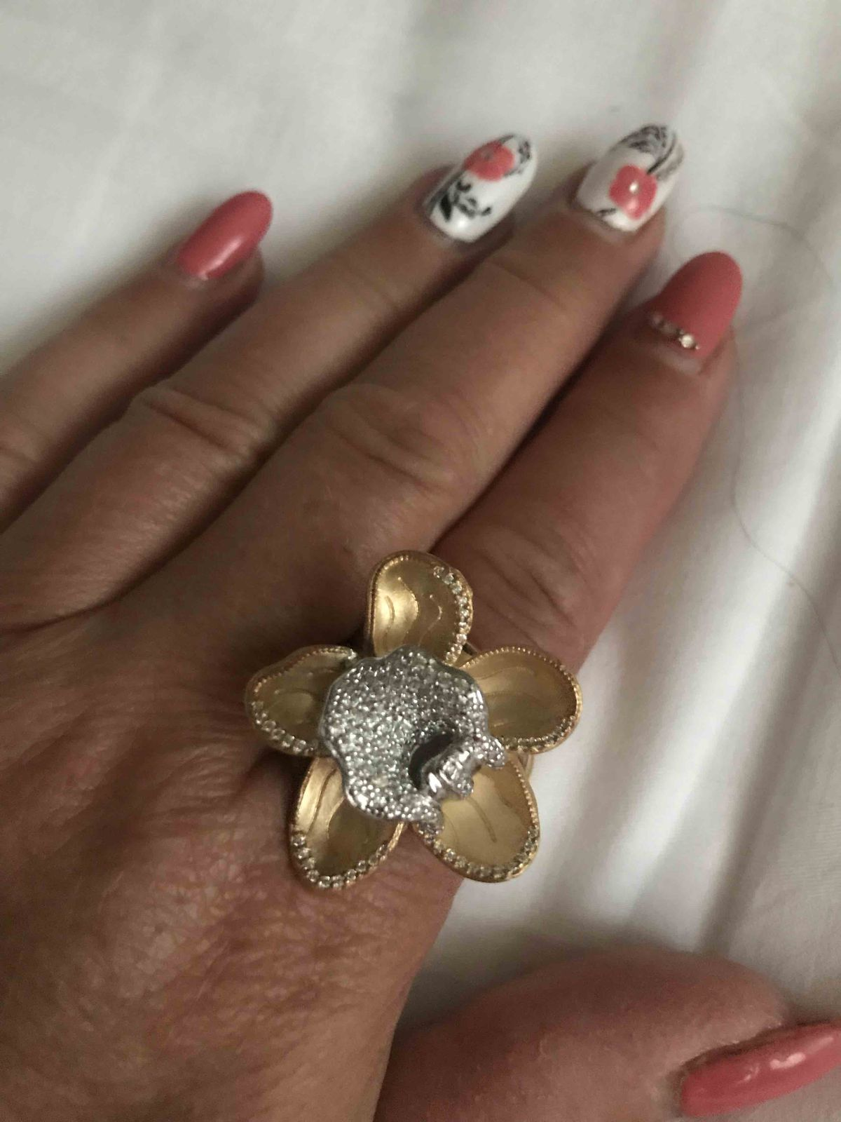 В это кольцо не возможно не влюбиться ! вчера купила , покупкой довольна !!