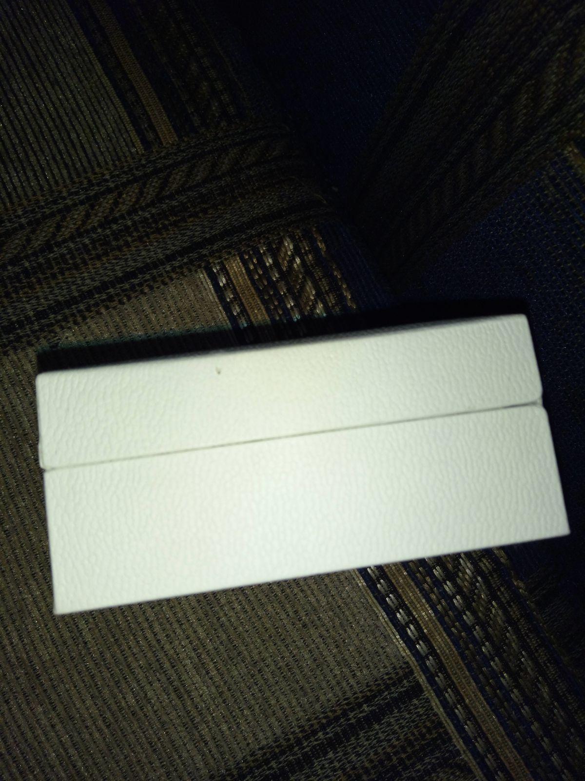 Коробка для цепи от Sunlight.Очень удобная,не стоит его украшать.