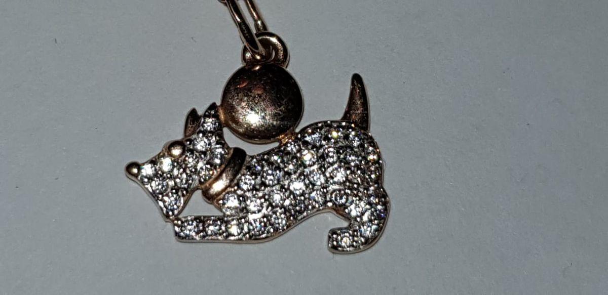 Отличный кулончик в виде собачки стал отличным подарком для доченьки!