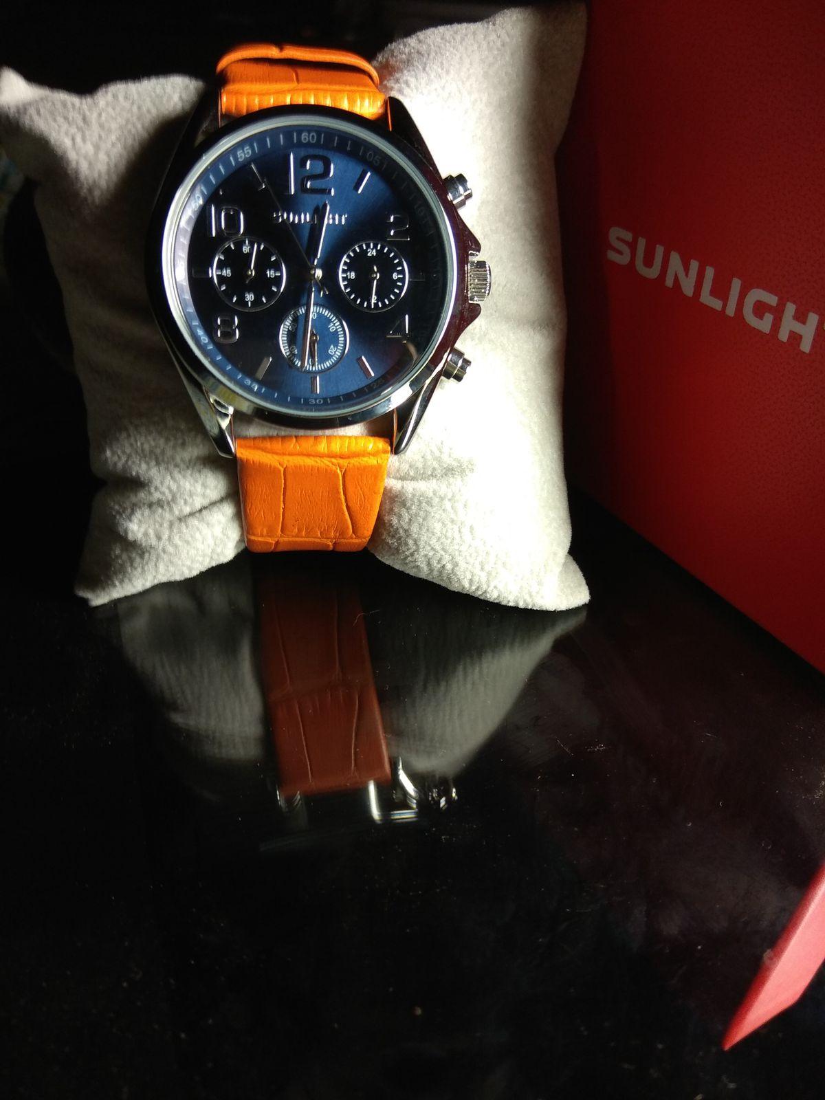 Часы на оранжевом ремешке