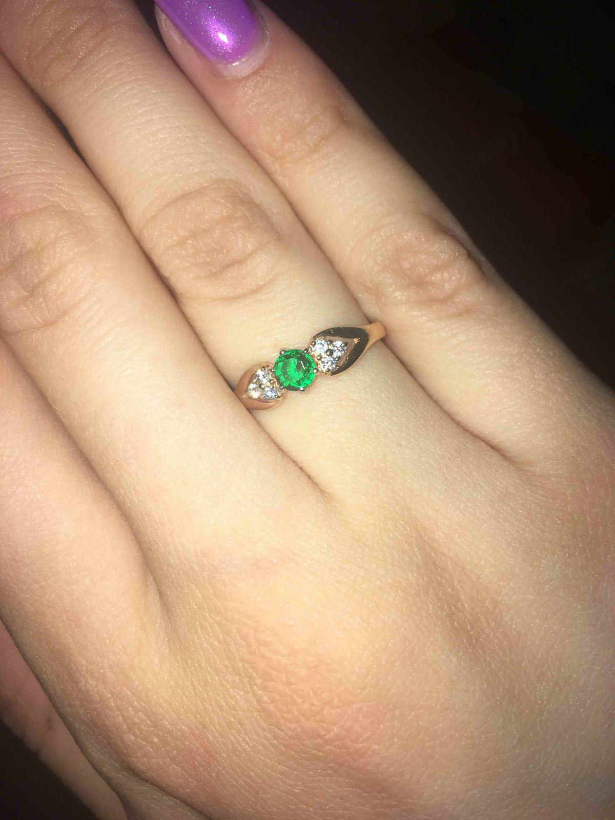 Кольцо с зеленой вставкой