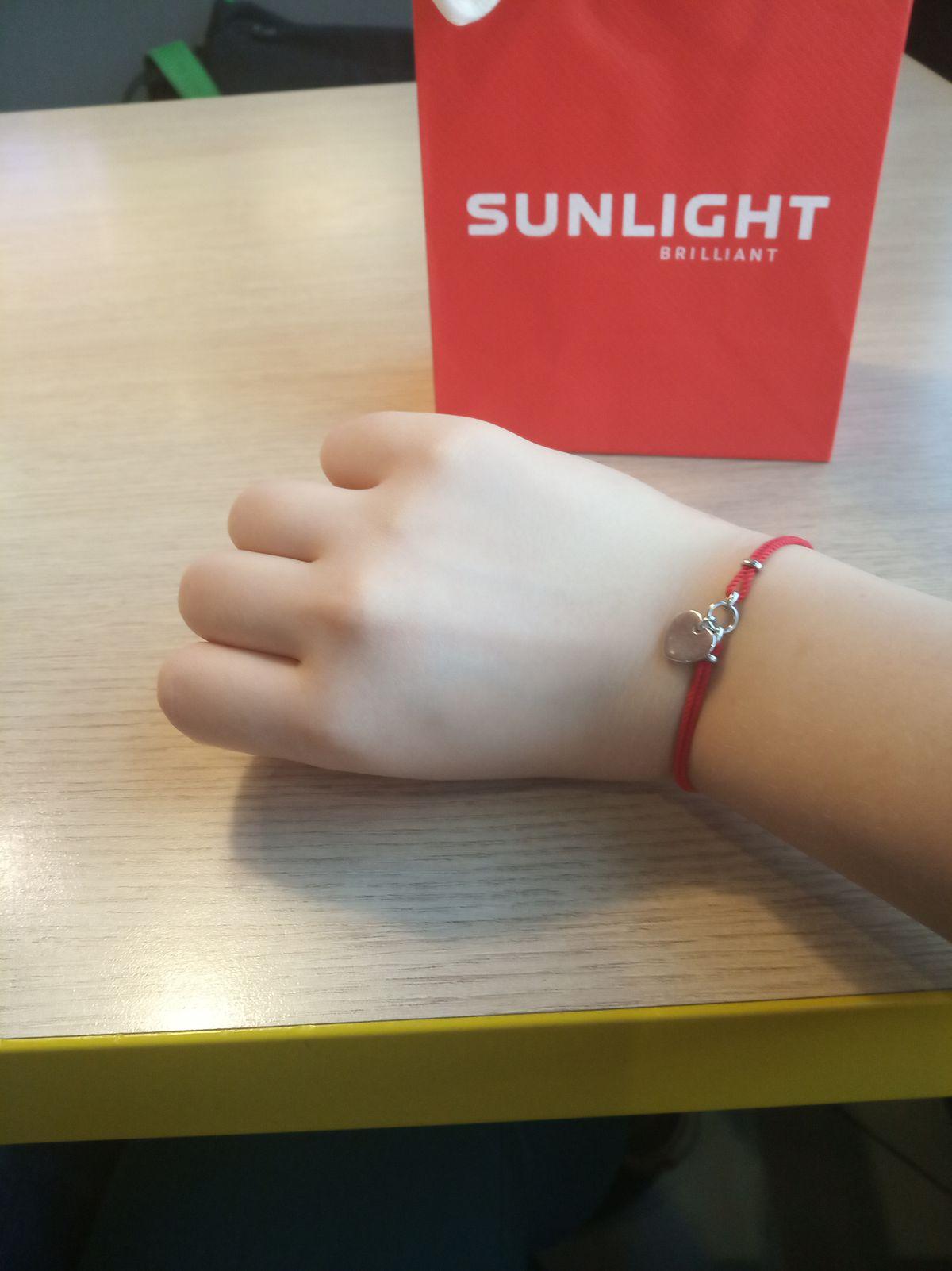 Купила браслет на красной нитке,сложенной вдвое,к нитке прикреплено сердечко