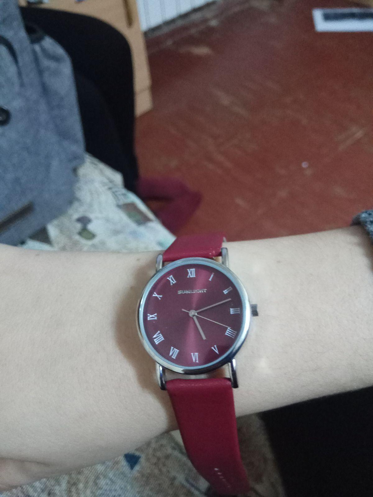 Часы гранатового цвета