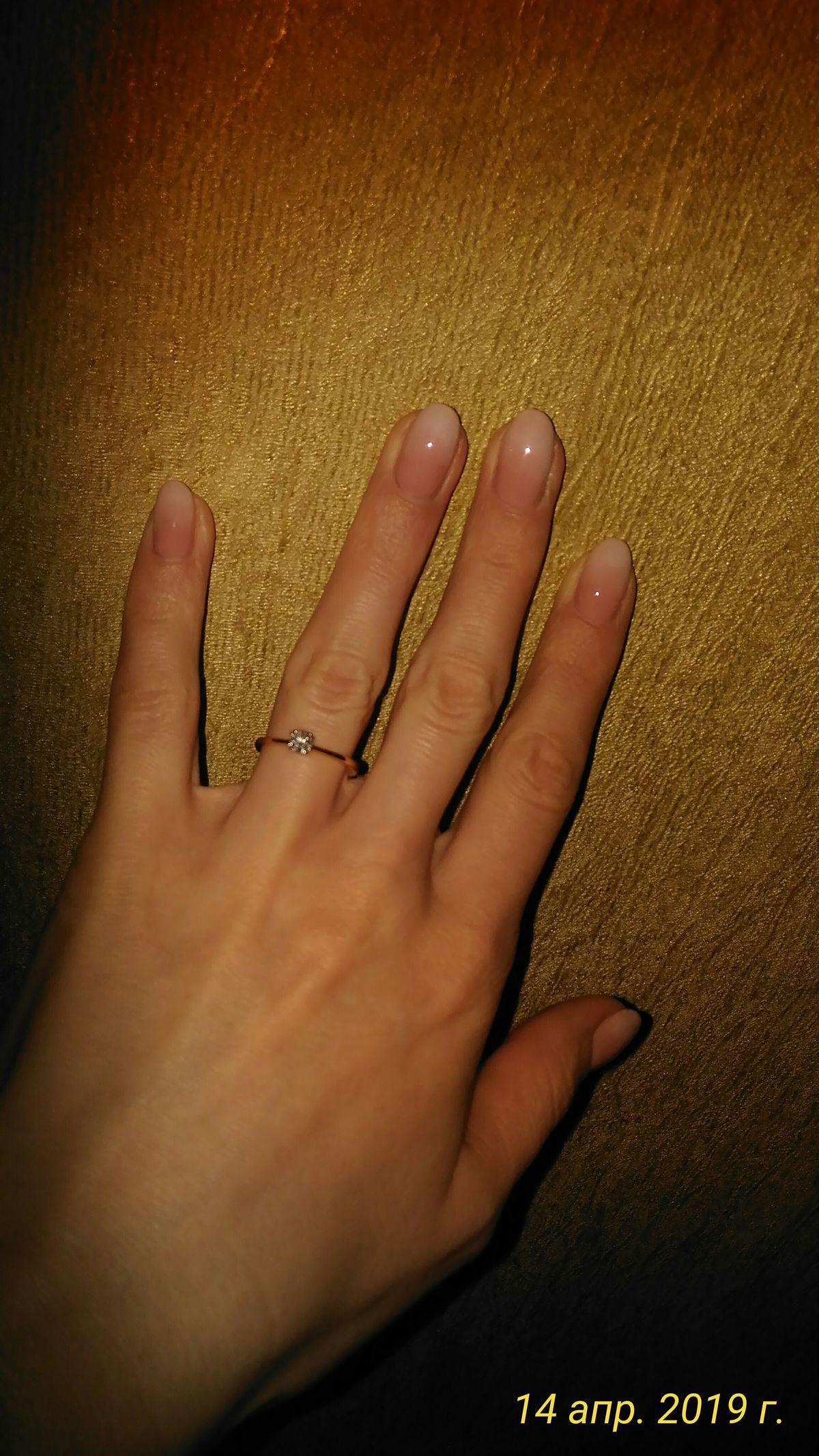 Золотое кольцо с бриллиантом.