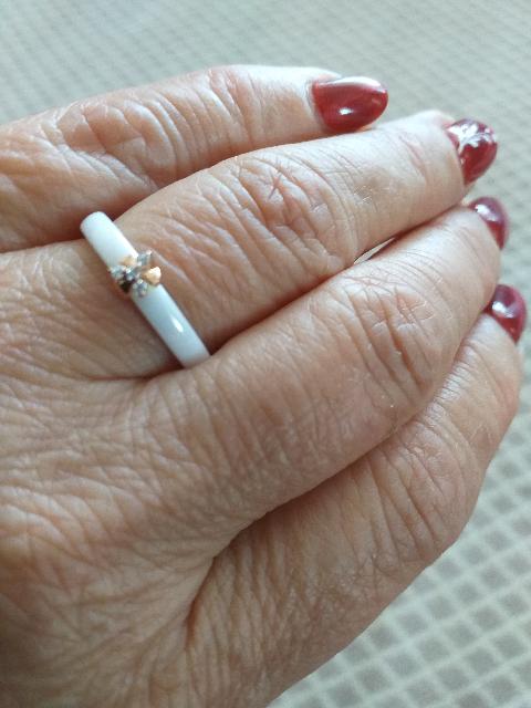 Кольцо из белой керамики.