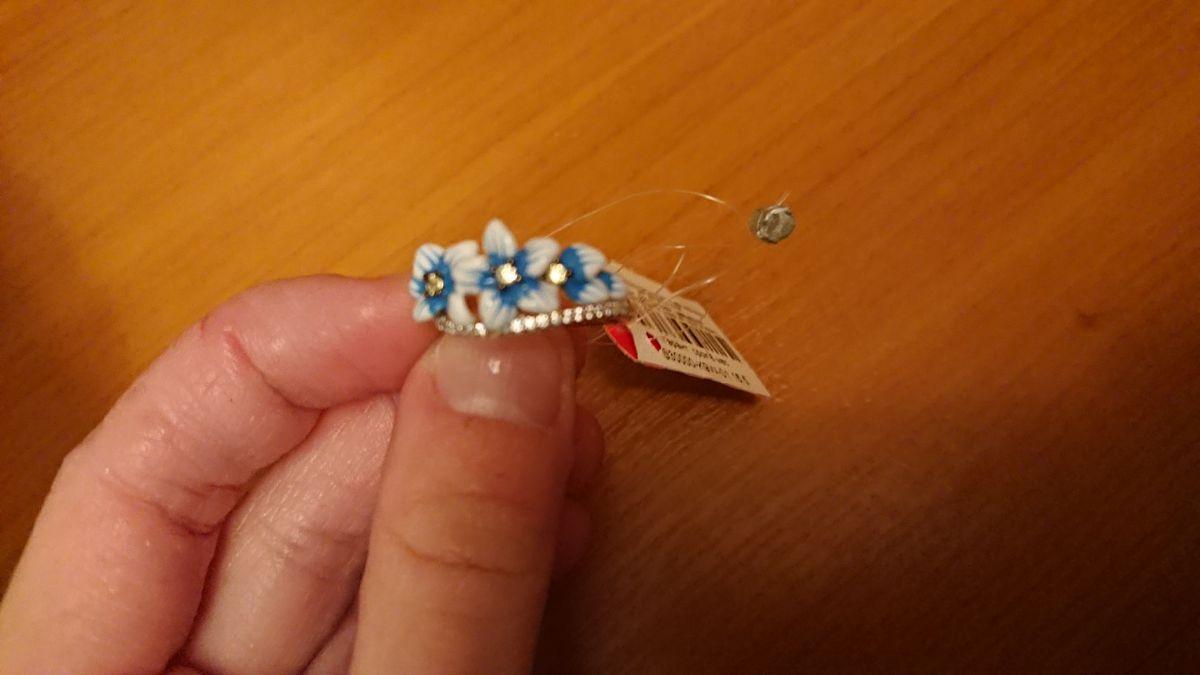Кольцо с голубыми цветочками.