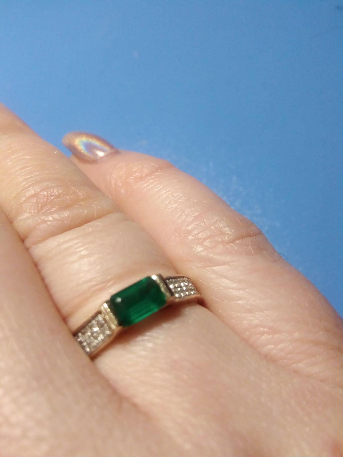 Кольцо с изумрудом и бриллиантами в желтом золоте.